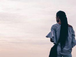 Solitaire vrouw kijkt naar de horizon