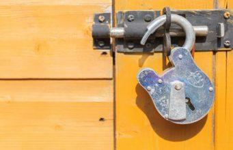 Slot-lock half geopend
