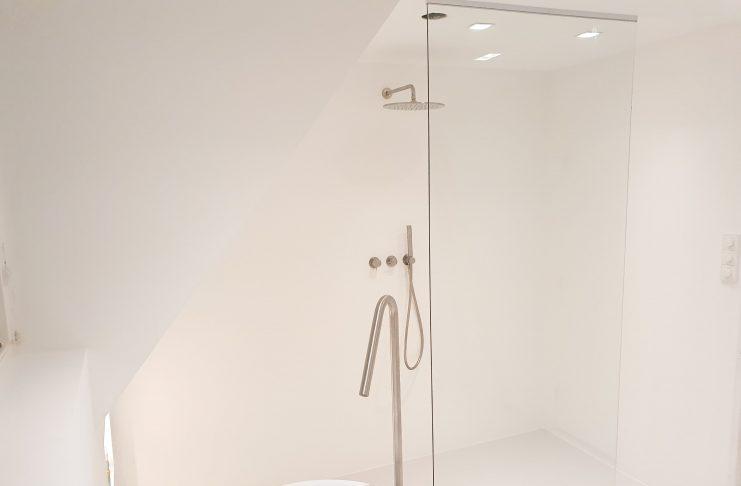 Dé tip voor het inrichten van een kleine badkamer - Douchewand tot plafond
